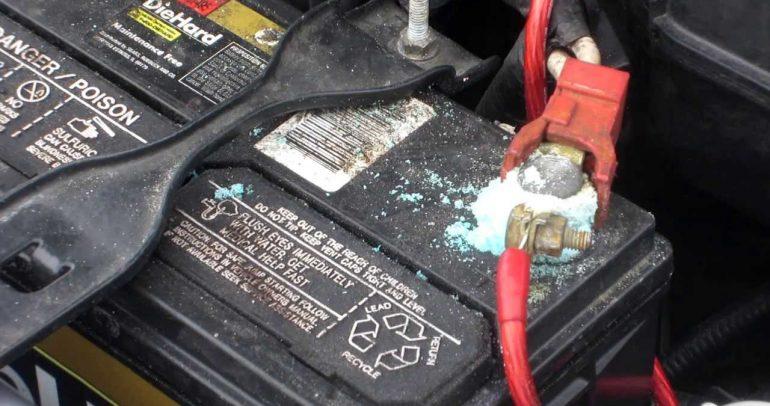 8 خطوات سهلة لتنظيف أطراف بطارية السيارة