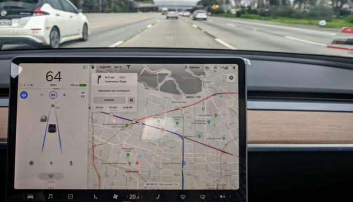 بالفيديو.. سيارة تيسلا تسير على الطريق بدون سائق