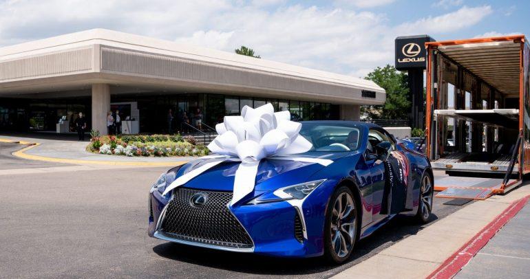 لكزس تسلم السيارة الأولى من LC 500 CONVERTIBLE التي بيعت بالمزاد الخيري بقيمة 2 مليون دولار