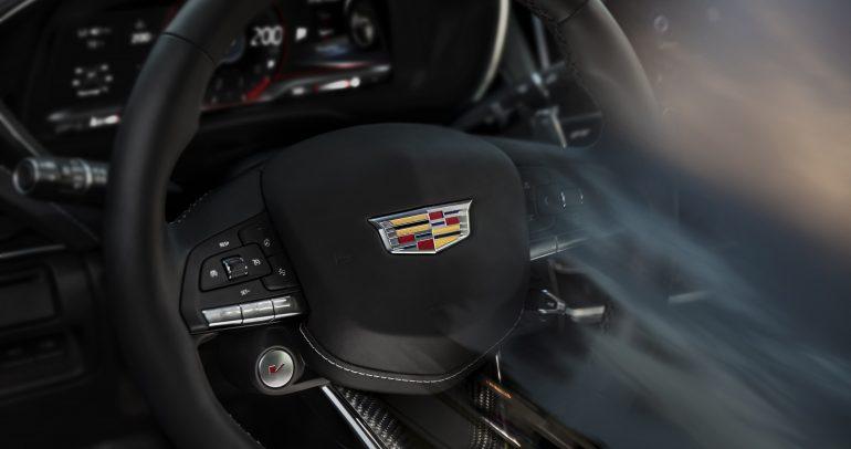 'كاديلاك' تنشر صورة أوّلية لعجلة قيادة سيارات الأداء العالي Blackwing
