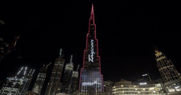 فيديو: بورشه تطلق تايكان الكهربائية رسمياً بإضاءة مبهرة لبرج خليفة