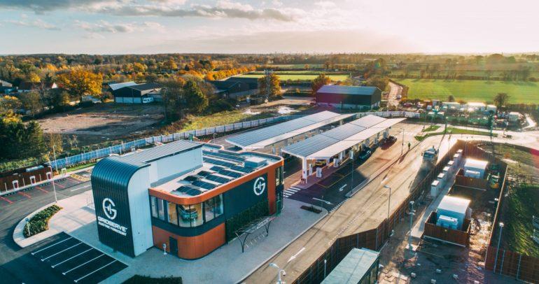 افتتاح أول محطة خدمة للسيارات الكهربائية في بريطانيا