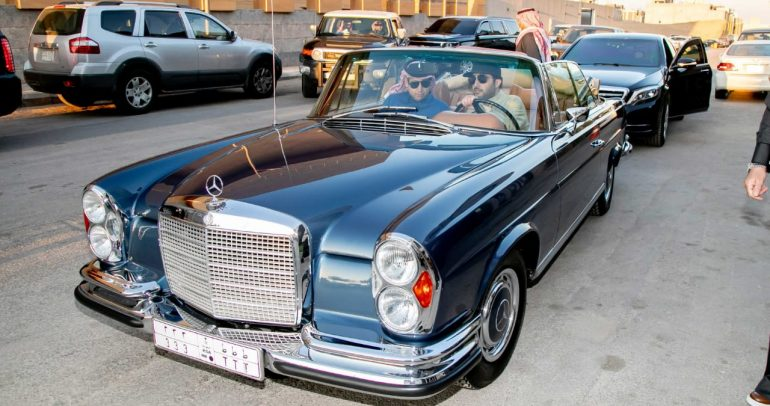 بعد سيارة الرالي، المستشار تركي آل الشيخ يقود مرسيدس الكلاسيكية النادرة