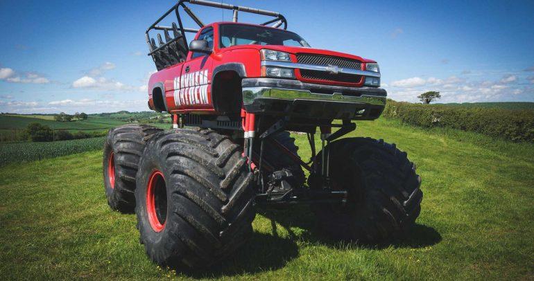 شاحنة شيفروليه سيلفرادو عملاقة بـ11 مقعداً تطرح في المزاد