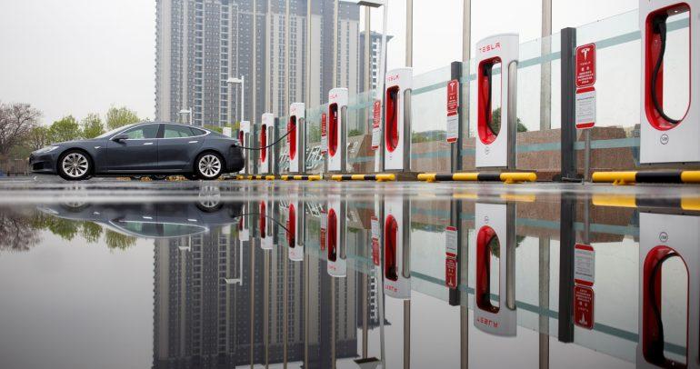 تسلا تستدعي 300 ألف سيارة في الصين لهذا السبب