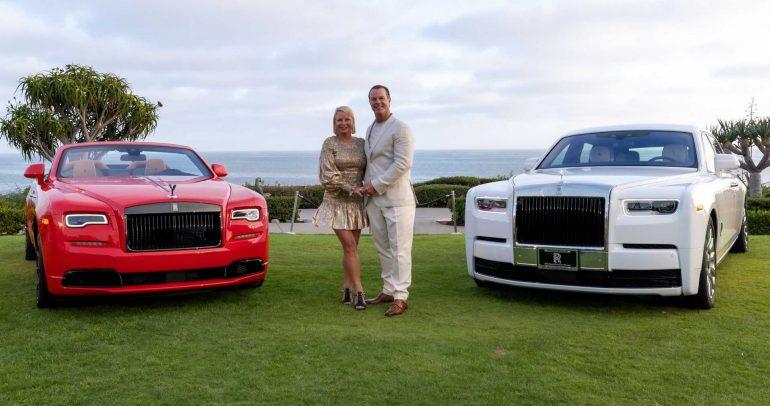 زوجان يحتفلان بشراء سيارتي رولز رويس فانتوم تيمبوس وداون بلاك بيدج