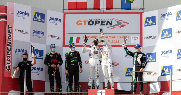 النجم العُماني الفيصل الزُبير وزميله أندي سوسيك يخطفان فوزًا مُثيرًا في سباقات جي تي المفتوحة الدولية2021