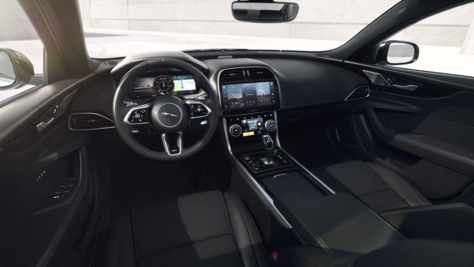 طراز R-Dynamic Black لسيارتي جاكوار XF وXE: تصميم واتصالات أفضل