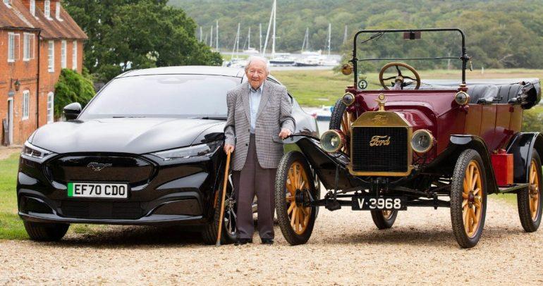 مُسن عمره 101 عاماً قاد سيارة تي الأسطورية يقود موستانج ماك إي الكهربائية